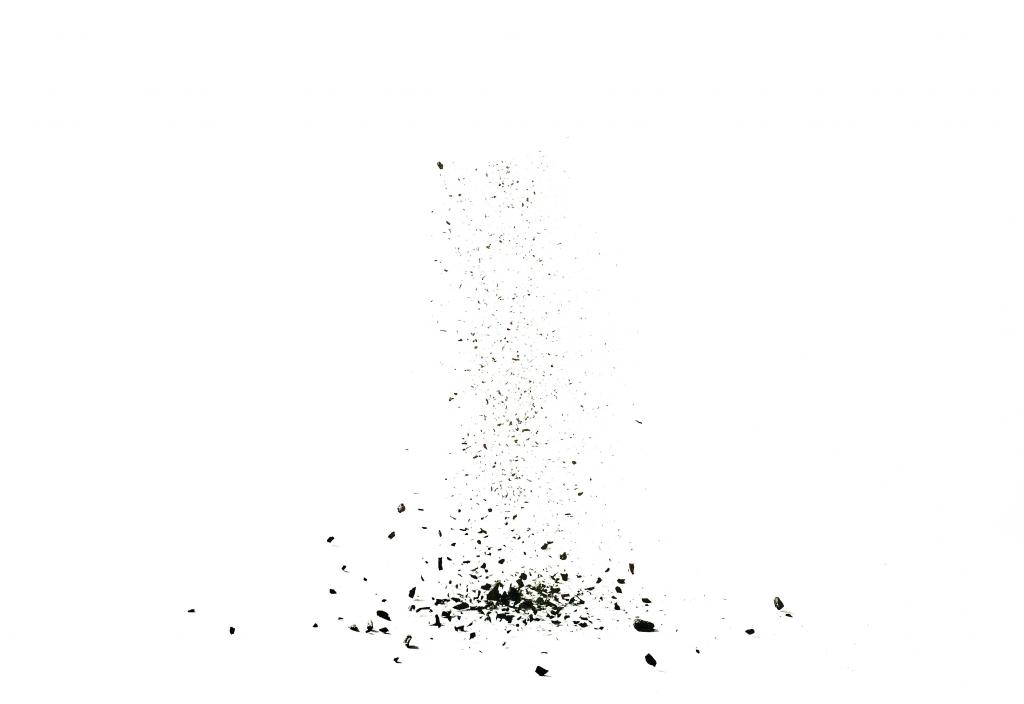 Murskattua hiiltä kuvattuna studiossa. Huhtikuu 2017. makrokuva.